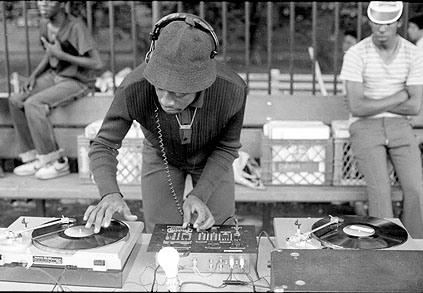 djing na ulici, živá hudba